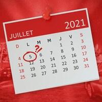 Illustration d'un calendrier où la date du 5 juillet 2021 est encerclée en avant-plan et une photographie d'un ciné-parc en arrière-plan.