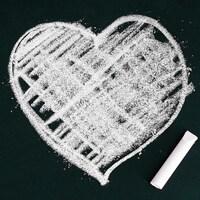 Illustration d'un coeur dessiné à la craie sur un tableau.
