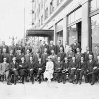 Une photo d'époque du gouvernement des Fermiers unis de l'Alberta.
