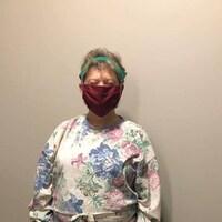 Gisèle Hansen porte les vêtements de protections qu'elle a conçu à partir de drap de lit