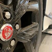 Gros plan sur la roue d'une voiture de marque Jaguar.