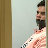 Kevin St-Onge regarde directement dans la lentille de la caméra, au palais de justice.