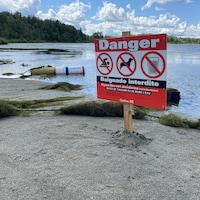 Une affiche mentionnant que la baignade est interdite à la plage Kiwanis.