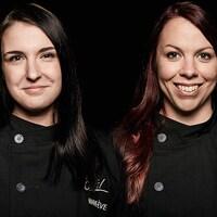 Deux femmes souriantes devant la caméra.