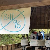 Un rassemblement contre la loi 96. Des jeunes tiennent tous des affiches contestant le projet de loi 96.
