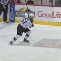 Lukas Cormier est sur la glace du centre Eastlink. Il s'apprête à décrocher un tir de la ligne bleue.