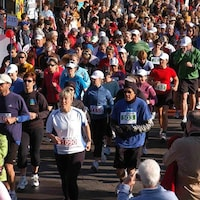 Plusieurs personnes qui courent un marathon dans les rues de Charlottetown.