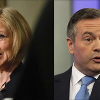 À gauche, une femme s'adresse aux médias la tête tournée vers la gauche. À droite, un homme en complet a la bouche ouverte et les sourcils relevés.
