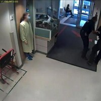 Vidéo qui montre trois gardiens de sécurité escortant samuel Uko contre son gré en dehors de l'hôpital général de Regina.