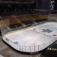 Un stade de hockey vu depuis les tribunes.