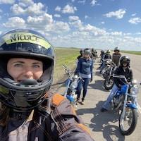 Un égoportrait avec Nicole et d'autres participants en ligne derrière elle.