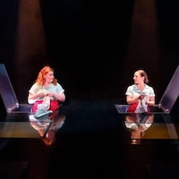Deux comédiennes dans le décor d'une pièce de théâtre à La Nouvelle Scène d'Ottawa