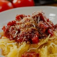 Sauce bolognaise au tempeh servie sur de la courge spaghetti.