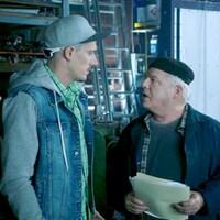 Jean-Michel et Paul qui discutent au garage.
