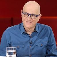Le Dr Alain Vadeboncoeur porte une chemise bleue.