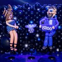 Deux personnages sont fabriqués avec des centaines de ballons.