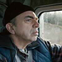 Un homme au volant de son camion.