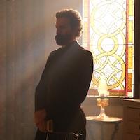 David Lahaye dans le rôle du curé.