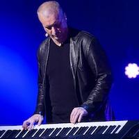Dan Bigras qui joue du piano.