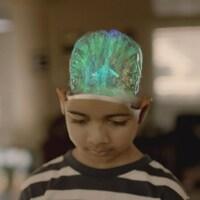 Photo d'un enfant dont le cerveau est en surbrillance.