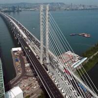 un pont qui mène à l'île de Montréal.