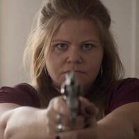 Nancy Riopelle qui pointe son fusil.