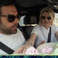 Ils sont dans une voiture avec deux assiettes de cornets de crème glacée à livrer.