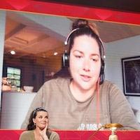 Une femme qui porte un casque d'écoute. Elle apparaît sur un écran.