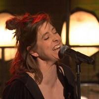 Elle chante sur le plateau de l'émission Bonsoir bonsoir.