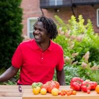 Boucar Diouf goûte à différentes variétés de tomates.