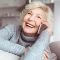 Une femme parle à quelqu'un à l'aide de téléphone cellulaire.