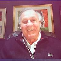 Guy Lafleur sourit. Il participe à l'émission par visioconférence.