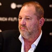 Harvey Weinstein affiche un air sérieux.