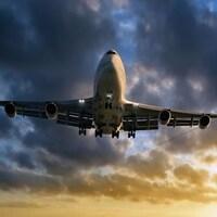Un avion parcourt le ciel coloré.