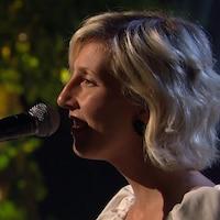 Ingrid St-Pierre chante.