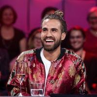 L'homme sourit lors de son passage à l'émission « Tout le monde en parle ».