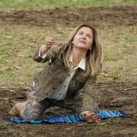 Kathleen Charron est dans un champ et elle tente d'obtenir un signe des extraterrestres.