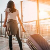 Une femme qui traîne sa valise à l'aéroport.