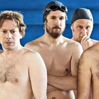 Des hommes (dont Mathieu Amalric, Guillaume Canet, Benoît Poelvoorde et Philippe Katerine) torse nu, avec des bonnets de bain.