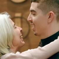 Camilo prens sa mère dans ses bras.