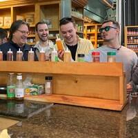 Daniel Vézina et les aspirants chefs qui testent des sauces piquantes.