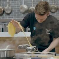 Romain qui prépare des pâtes fraîches.