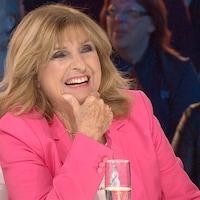 Dominique Michel riant lors d'une entrevue sur un plateau de télé.