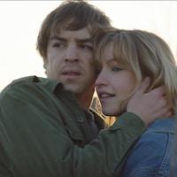 Deux personnes enlacées. Rose-Marie Perreault et Antoine Pilon.