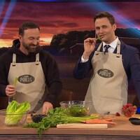 Joël Legendre et Sébastien Kfoury préparent une salade et ils portent des tabliers.