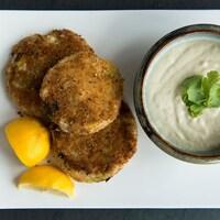 Des croquettes de poisson et mayonnaise au raifort et tranches de citron.