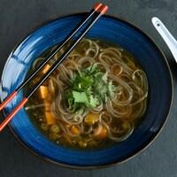 Une soupe aux nouilles et au porc épicé.