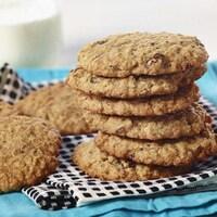 Une pile de biscuits est sur une serviette de table.