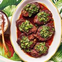 Un plat avec des oignons et de la sauce thaïe