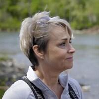 Sylvie en gros plan. Derrière elle, une rivière.